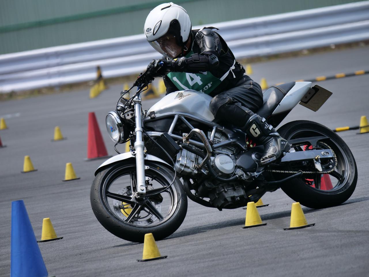 Images : 19番目の画像 - ジムカーナで活躍するホンダ「VTR」をもっと見る! - webオートバイ