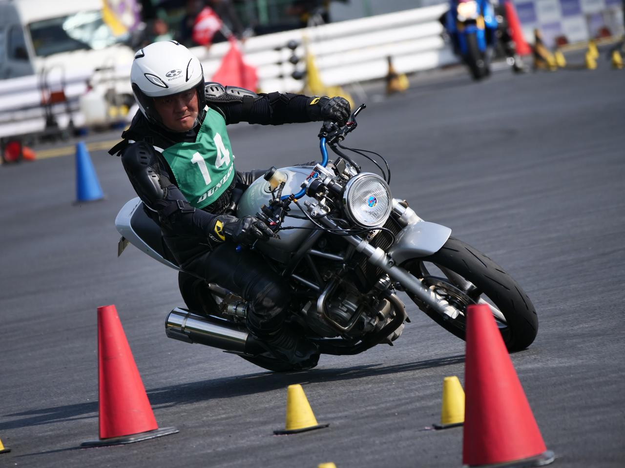 Images : 21番目の画像 - ジムカーナで活躍するホンダ「VTR」をもっと見る! - LAWRENCE - Motorcycle x Cars + α = Your Life.