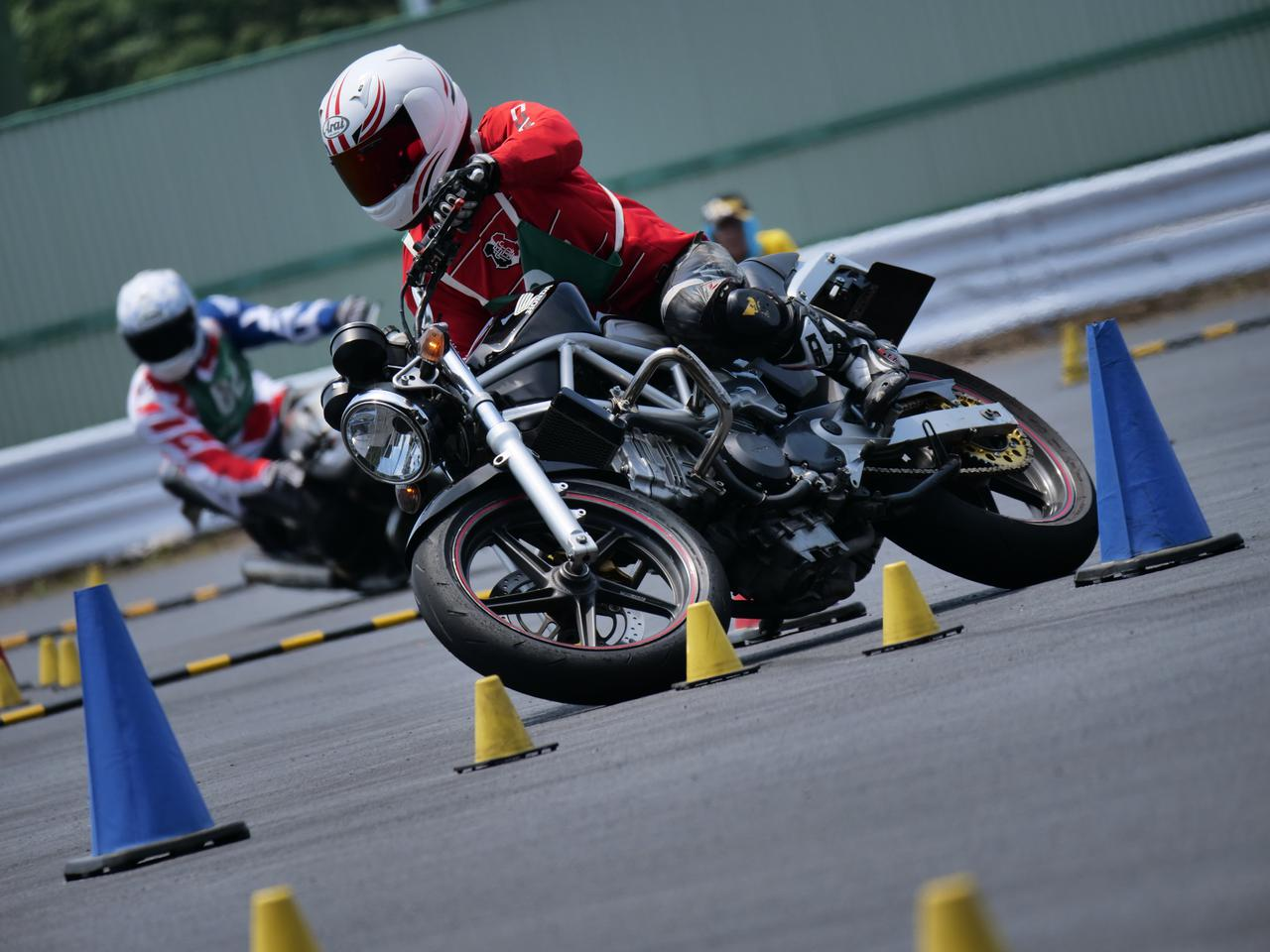 Images : 20番目の画像 - ジムカーナで活躍するホンダ「VTR」をもっと見る! - LAWRENCE - Motorcycle x Cars + α = Your Life.