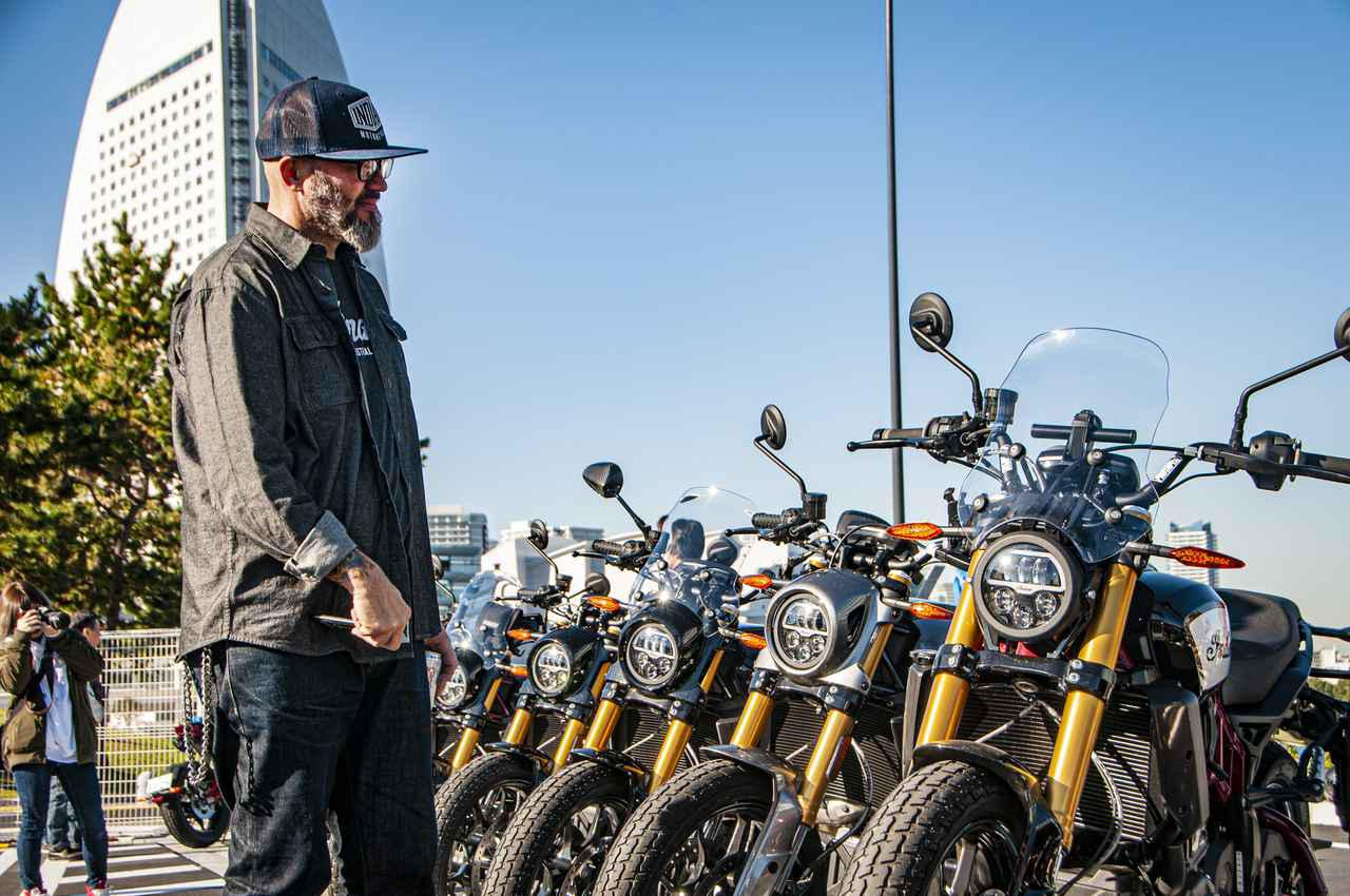 画像: 会場に並ぶオーナー達のFTR1200を眺めるオラ氏。自身のデザインしたバイクがズラリと並ぶ姿を見て、とても感慨深い様子でした。