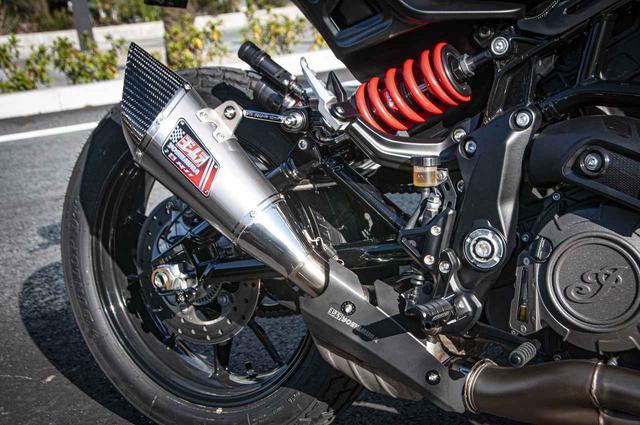 画像: 「歴代のバイクには、ほぼ全てヨシムラマフラーを付けていたんですよね、だからなんとかFTRにも付けたくて(笑)」と話す山口さん。スズキ・GSX-R1000用のヨシムラマフラーを加工して装着。マフラーとフレームを繋いで支えているのは、よく見るとスナップオン・ツールズのメガネレンチなんです。