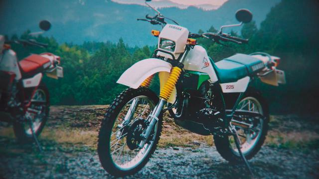 画像: 白/緑、白/赤のカラーリングで登場した、1985年の初代セロー225。セローというと、この緑/白を思い浮かべるベテランライダーも多いのでは? www.youtube.com
