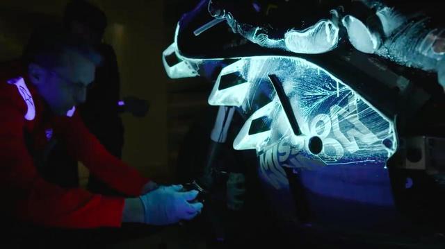 画像: エアロダイナミクスの開発は、フルスケールのモデルを使って行われます。MotoGPマシンと同じスケールにすることで、実車へのフィードバックが容易になります。フェアリング表面にペイントしたり、ウールの房を貼ることで、空気の流れを可視化。空気の流れの剥離などをチェックし、評価します。 www.youtube.com