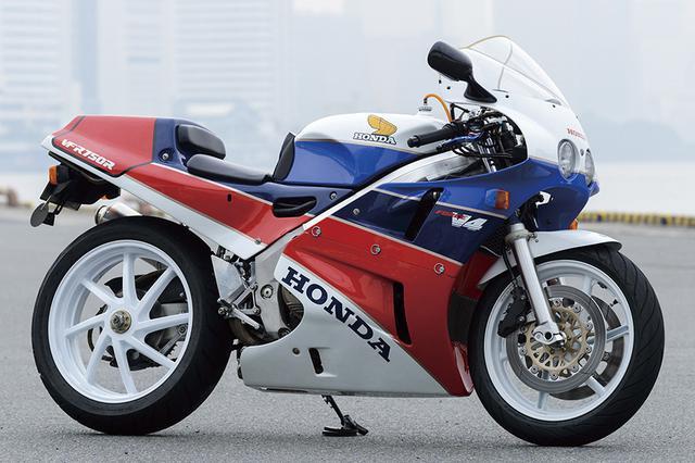画像: ホンダ VFR750R TT-F1向けの競技用マシンで、鈴鹿8耐を制したRVF750の1986年型をベースに開発されたRC30。5角断面アルミツインチューブフレームにチタンコンロッドやバックトルクリミッター、カムギアトレーンなどを採用した360度クランクV4エンジンを搭載。クイックリリース機構付きフロントフォークやプロアーム、アルミタンクを装備するなど、その完成度はレプリカの域を超え、まさにロードゴーイングレーサーといえる仕上りを見せた。