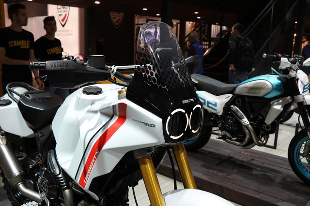 画像: スクリーンと丸目2眼ヘッドライトが織りなす、ユニークなマスクはかつてのダカールマシン、カジバ・エレファントがモチーフ。
