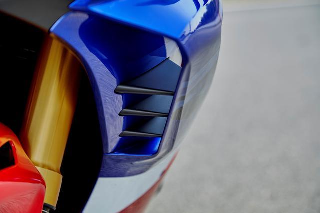 画像: MotoGPマシン顔負けのダクトウイングが、強力なダウンフォースでフロントを抑え込む。もはや市販車の枠を超えた装備だ。