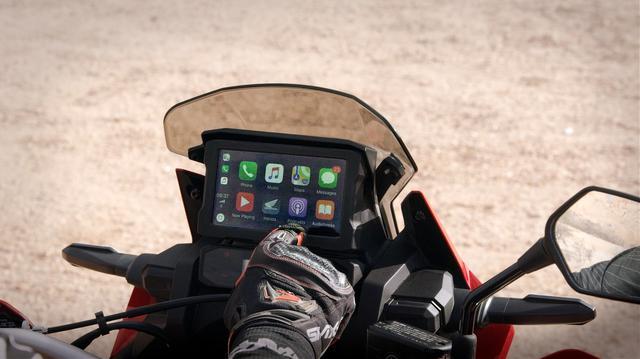 画像: スマートフォンとの連携はいまや必須。アップルカープレイの導入はアフリカツインの行動半径を大きく広げてくれる進化なのだ。