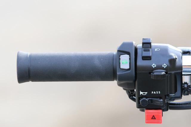 画像: ウインター・ツーリングには欠かせない グリップヒーターを標準装備 。