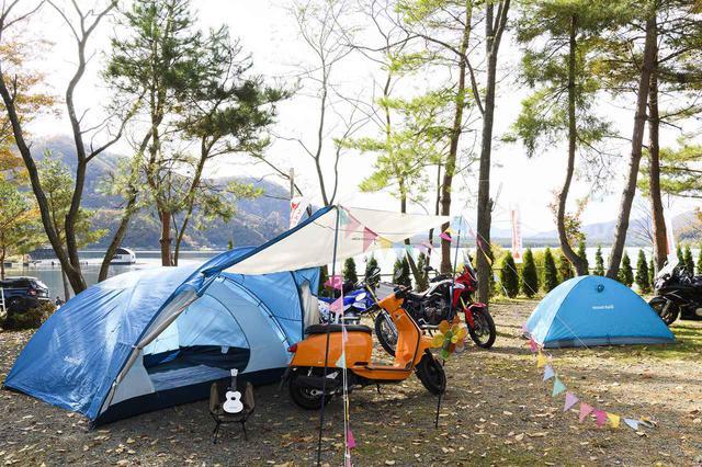 画像: 今回の『♯パパツー』イベントは日帰りキャンプイベント。montbellがテントなどの展示で協力しているので、バイクと共に本格的な装備の会場づくりがされていた。