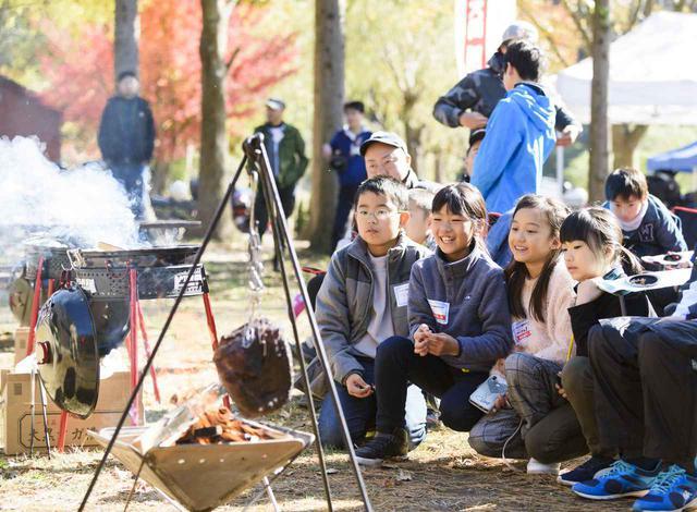 画像: キャンプも連動したイベントだったということで、ランチも子どもたちの楽しみのひとつ。当日は巨大なお肉が焼かれて子どもたちも大はしゃぎ!