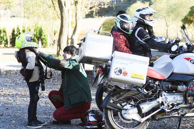 画像: まさに『♯パパツー』ならではの光景。パパさん、ママさんライダーがお子さんに安全意識と共にバイクの楽しさを伝える。素敵な瞬間です。