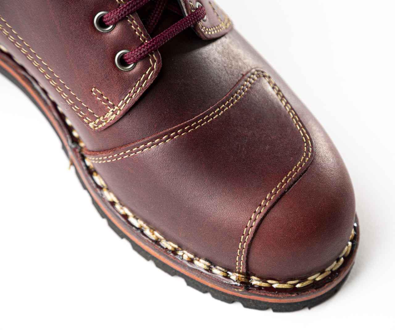 画像: 右足にはシフトアップ操作時にブーツを傷つけない「シフトガード」が装備されています。