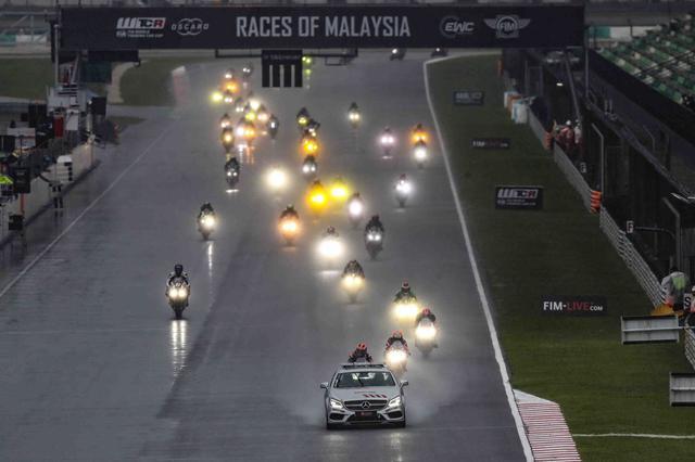 画像: ようやく始まったレースも、最初はこんなスタイル この先導付きが8周続きました