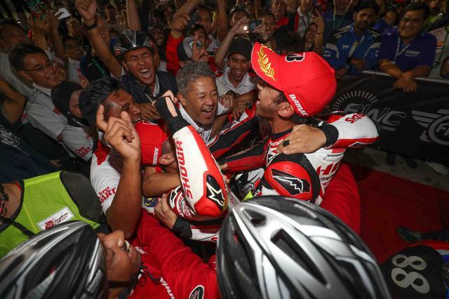 画像: うわぁいい写真! 中央の玉田監督は世界選手権初位表彰台! 来年の鈴鹿8耐が楽しみです