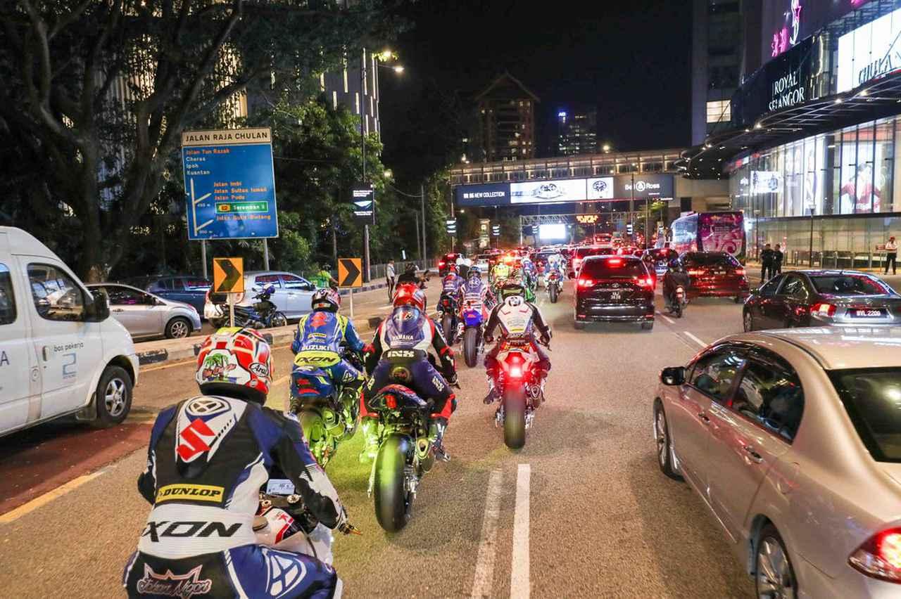 画像: オープニングセレモニーとしてセパン8耐マシンがマレーシアの市街地をデモラン! これいいなー^^