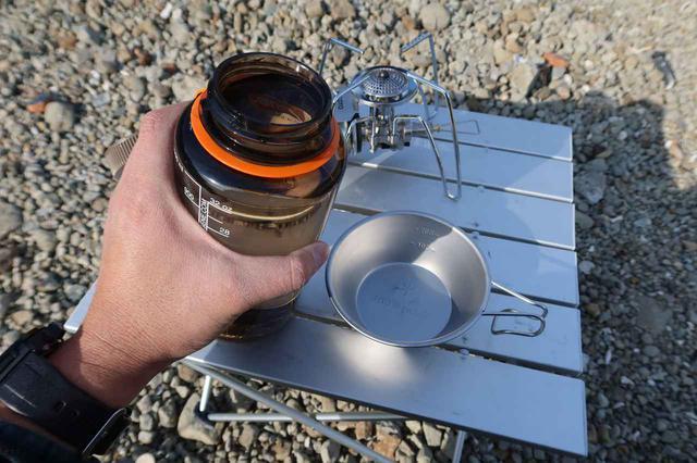 画像3: しかし、今回は日帰りキャンプ・ツーリング。テーブルと椅子をバッグから出して……できた!