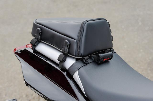 画像: シートバッグは280×250×110mmサイズで『バイクのシルエットを崩さない』シルエットのDH-708。KATANAのショートテールにも合うデザインだ。