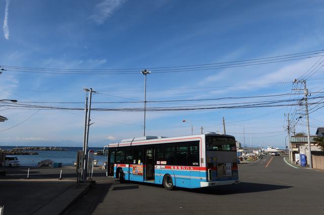 画像: 荒崎周辺。広々した景色と京急のバスを見ると三浦半島を旅している感が増してきます。