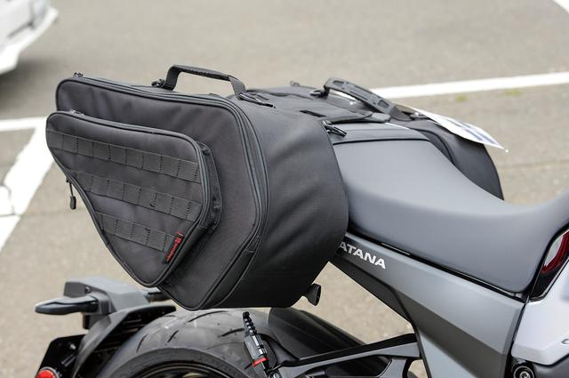 画像: H-725サイドバッグのサイズは260×460×180mm、サイド開きで片側16ℓ/両側で32ℓと容量も十分。背面のへこみがKATANAの出っ張ったテールサイド形状にぴったりで、ステーなしで装着可能。こうした装着例はツーリングを考える向きへの積載へのヒントにもなる。