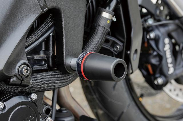画像: 金属ベースに樹脂製コーン(スライダー部分)を組み合わせたエンジンプロテクターはフロントエンジンハンガー部に装着する。