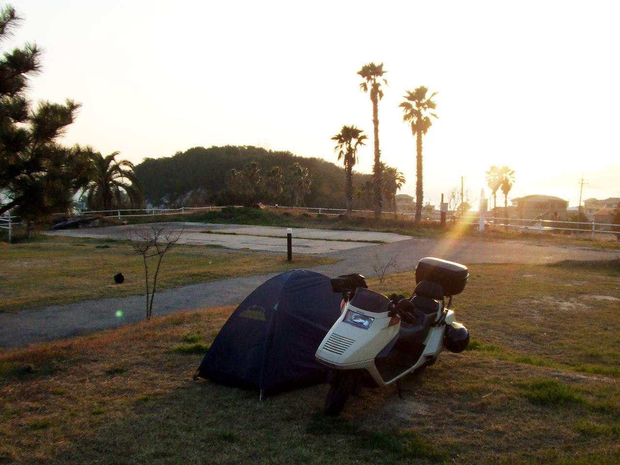 画像: 2007年3月に訪れた小豆島のキャンプ場。当時20歳。僕の中型バイクライフはホンダ・フュージョンから始まりました。荷物がいっぱい詰めてキャンプツーリングが楽そうだ、というのが選んだ理由。この写真、バイクとテントが近すぎて怖い。さすがに寝るときには離したとは思いますが……。