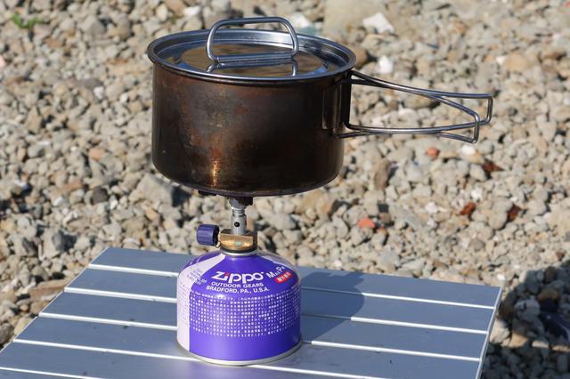 画像: 五徳が小さく、背も高い。鍋を作るときはいつも緊張感があります。