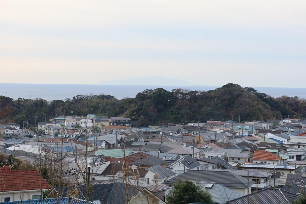 画像: 海の向こうにうっすらと見えているのが伊豆大島。