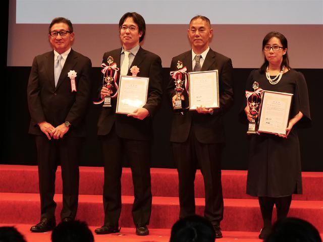 画像: 左から鈴木MFJ会長、冨永崇史選手、辻家治彦選手、本間君枝選手