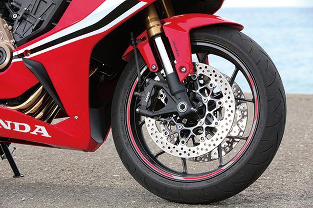 画像: 倒立フォークにラジアルマウントキャリパーと、スポーツバイクの標準的なアイテムを完備。