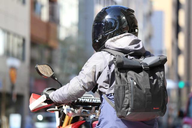 画像: シンプル&タフな造りに機能をプラスした、進化したヘンリービギンズの防水バックパック! - webオートバイ