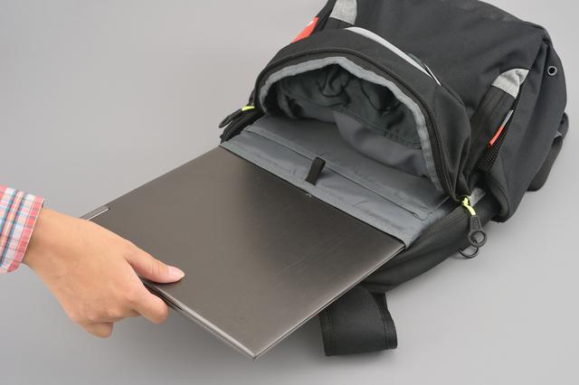 画像: ノートパソコンの収納に適したスペースもあり