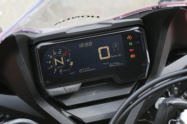 画像: 一体型デジタルメーターはギアポジション、シフトアップインジケーターのほか、HSTCも表示。