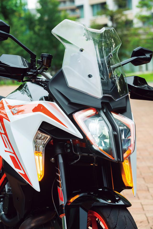 画像: LEDヘッドライトはライダーを走行風から守るためにデザインされた独特な形状のハーフカウルに組み込んだツアラースタイルが特徴。シュラウドの内側にLEDコーナリングライトも備える。