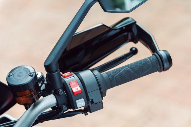 画像: 右側のハンドルスイッチボックスには、スターターボタンやキルスイッチ、ハザードボタンがまとめて配置されている。