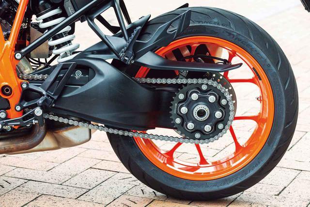画像: 軽快なデザインのホイールなど、リアの足回りもスーパーデュークRと同様のもの。リアブレーキローターはφ240㎜で、キャリパーは対向2ピストン。