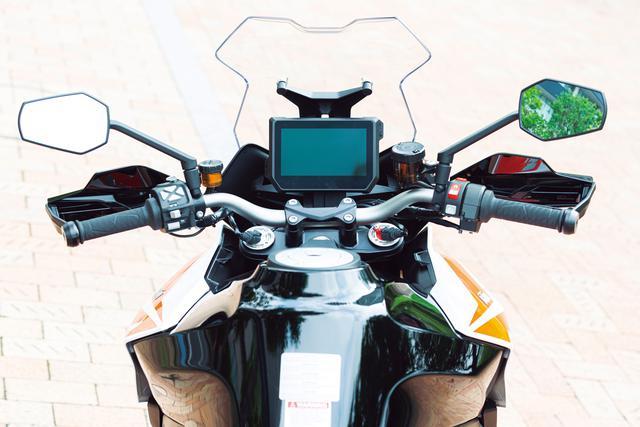 画像: アップライトで、リラックスしてライディングできるスーパーデュークGTのハンドルバー。体格や好みに合わせて22㎜以上の範囲、4つの位置に調整も可能。グリップヒーターも標準装備。