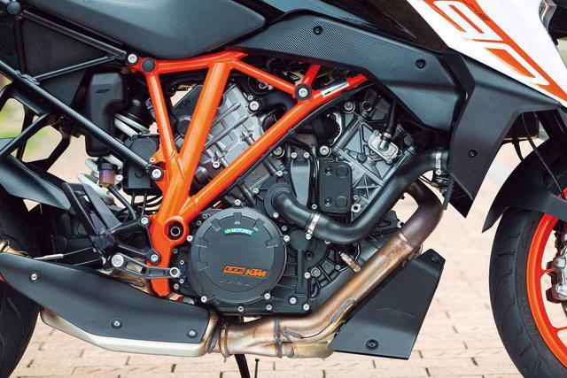 画像: DOHC4バルブヘッドを備え、強力さとスムーズさを兼ね備えるLC8水冷Vツインエンジンは新しいマッピングを採用。低回転から発生する太いトルクで、荷物を満載したタンデムツーリングであっても軽々と山岳路を駆け抜ける。