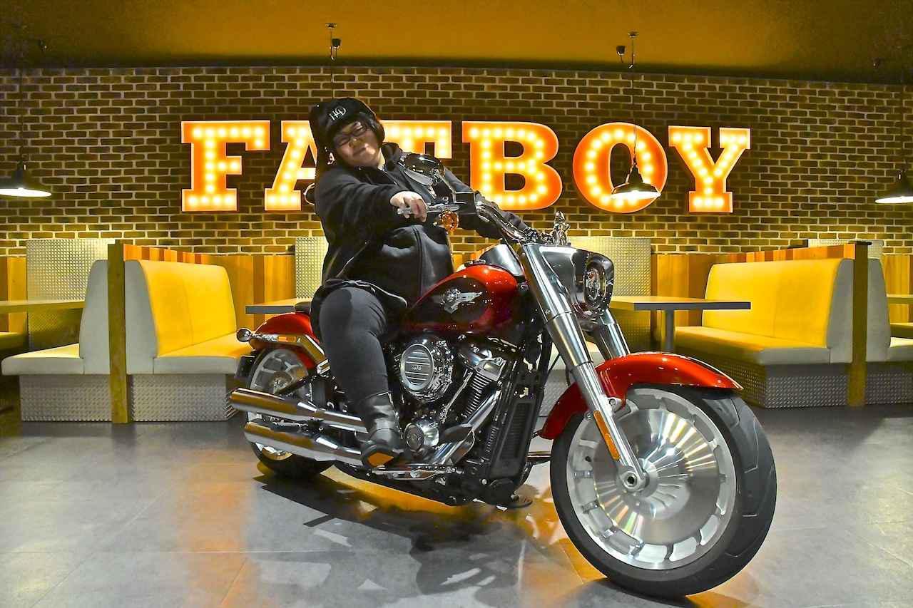 画像: 「メイプル超合金」安藤なつさん、ハーレー「ファットボーイ」が似合いすぎる!! - webオートバイ