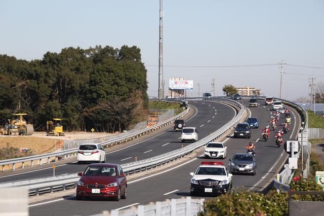 画像: パトカー先導で交通安全PR