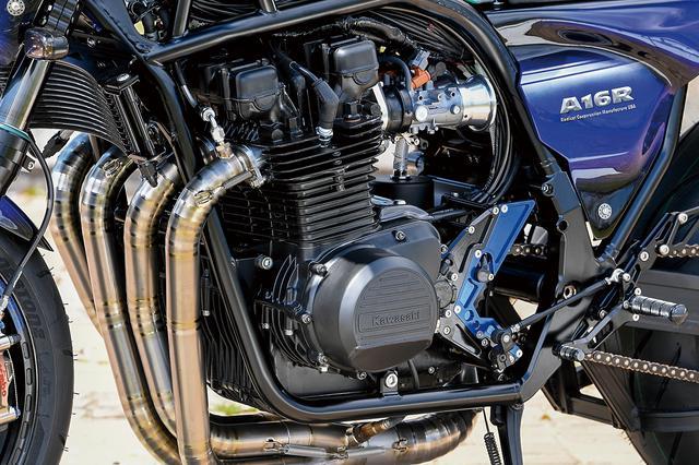 画像: エンジンは空冷Zベースのφ71×66mmの1045ccで、ここはA16の固定スペック。フレームはRCM USA製17インチ用スチールダブルクレードルで、Zに比べピボット位置が下げられ、17インチ化で下がる車高を補正・確保しやすい。キャスターは24.4度、トレールは97.5mmだ。