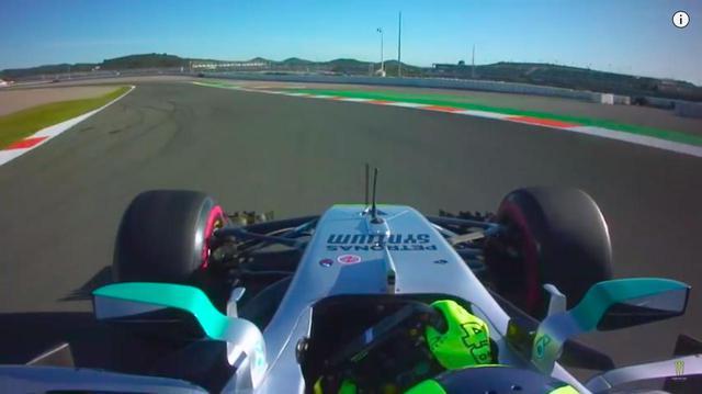 画像: ロッシがドライブしたのは、メルセデス-AMG F1 W08でした。 www.youtube.com