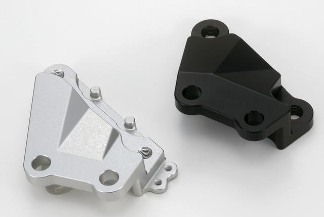 画像: 左はクリアアルマイト仕上げの、ホンダCBR250RR用、右はブラックアルマイトされた、ヤマハMT-25/MT-07用のキャリパーサポートだ。
