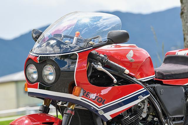 画像: タジマはRC30=VFR750Rでの鈴鹿8耐参戦歴もあり、その時に使ったRC30レーサーの形状も参考にこのフロントカウル/インナーステーを作製。2灯タイプのヘッドライトはRC30流用。着脱もズースファスナーでイージーに行えるようにしている。