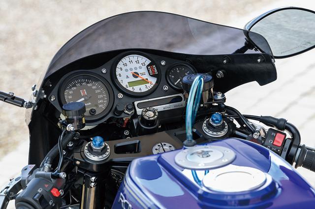 画像: メーターはSTACK製ステッピングメーター×2と燃料計をワンオフパネルにレイアウト(左が速度計、中央がエンジン回転計)。レール内に落とし込んでマウントするタンクはアルミワンオフ製作でカラーリングもオーナーが案を練った上でYFデザインで塗装してある。