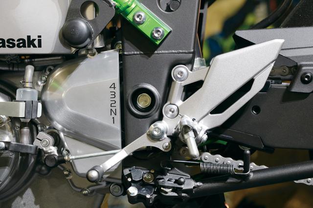 画像: 左足部分のシフトペグの上には、4速リターンミッションであることを示す、シフトパターン表示が記されている。