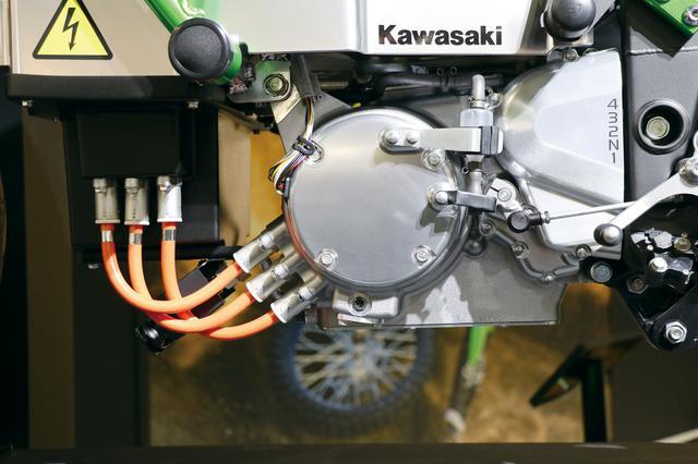 画像: オレンジの高電圧ケーブルでバッテリーとつながっているのがモーター。その後ろにはマニュアルミッションがセットされる。