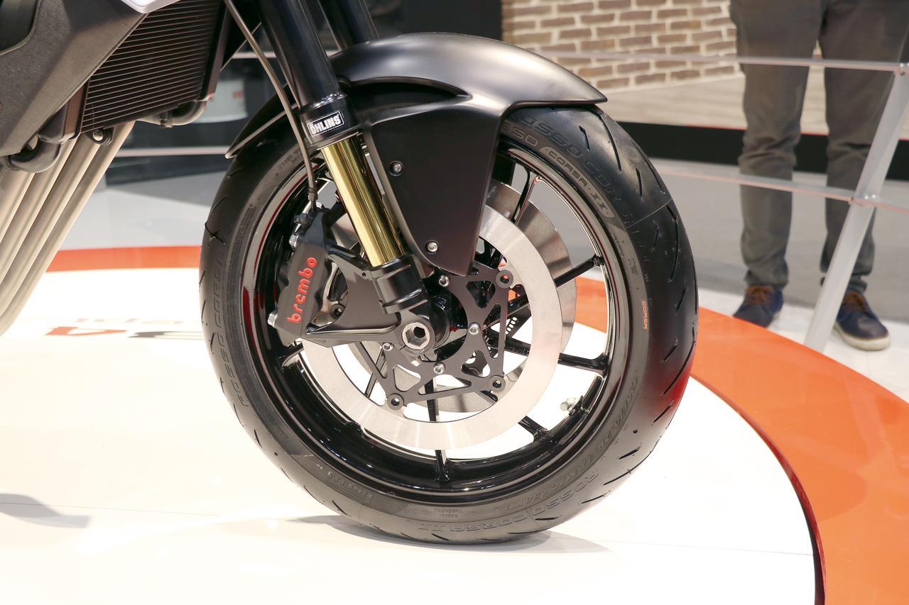 画像: 倒立フロントフォークもオーリンズ製のものを装備。ブレーキキャリパーはブレンボ製のラジアルマウントタイプ。