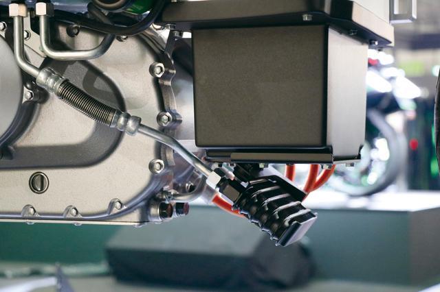 画像: バッテリーやインバーターの熱対策として、車体下部には小型クーラーをセット。おそらくだが油冷式と思われる。