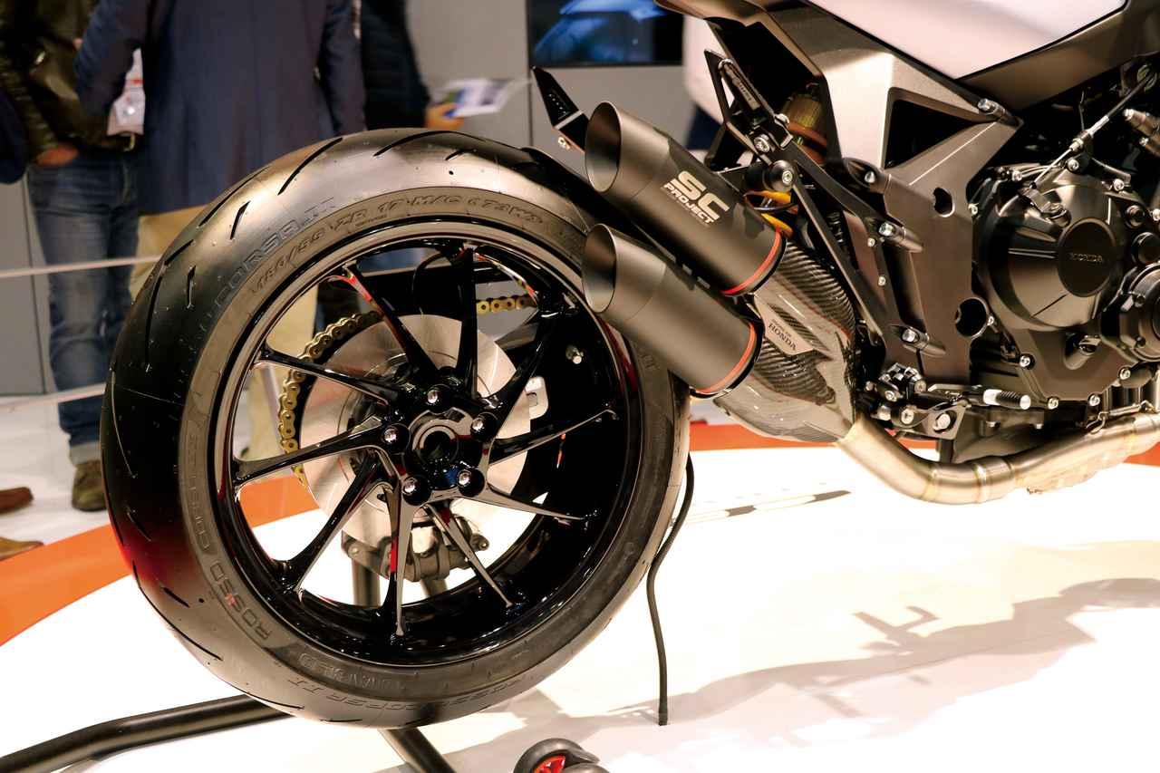 画像: 右出しのショートなデュアルサイレンサーが目立つマフラーは、レースシーンでも実績のあるイタリアのメーカー、SCプロジェクト製。