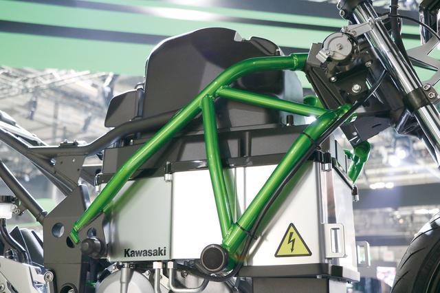 画像: 車体中央の大型のボックスがバッテリー。マシンの動力性能と航続距離に影響するEVの要だ。フレームは鋼管トレリス方式を採用。